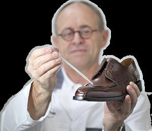 Roland Müller demonstriert die Anwendung am Lederschuh